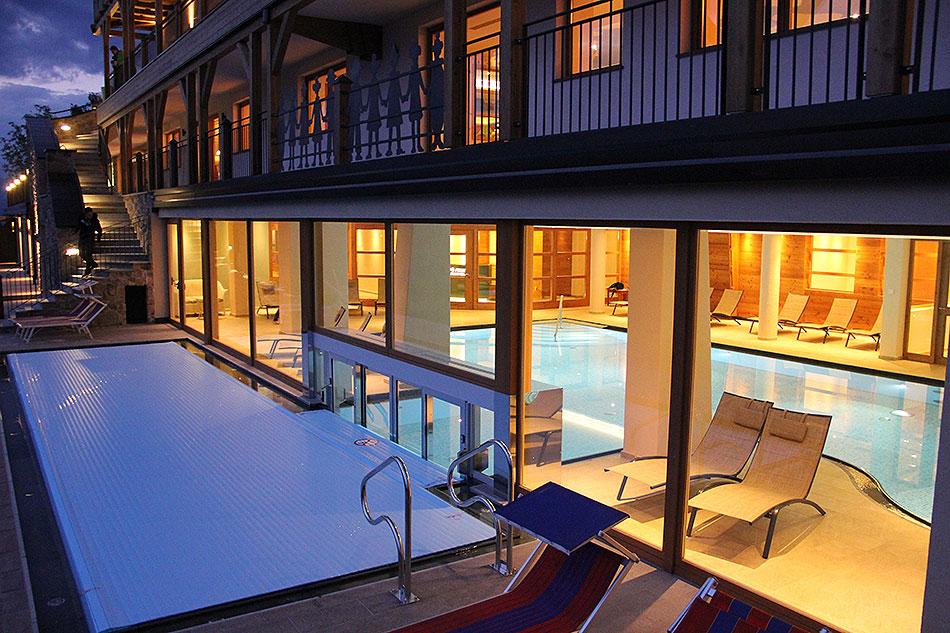 basen od zewnątrz - hotel Emmy