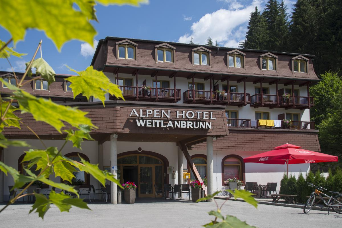 Alpenhotel Weitlanbrunn - przed hotelem